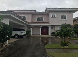 Se vende amplia casa en Residencial Costa Serena (Costa del Este)